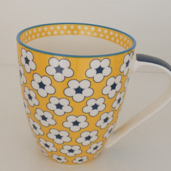 Mug yellow di Christopher Vine